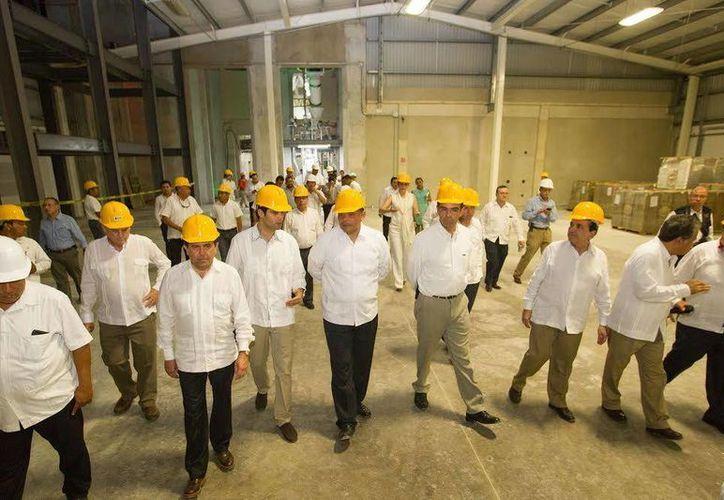 El gobernador Rolando Zapata, acompañado por funcionarios, inspeccionó la inauguración de las nuevas plantas de dos empresas: Agromaizza y Eetisur. (Foto cortesía del Gobierno de Yucatán)