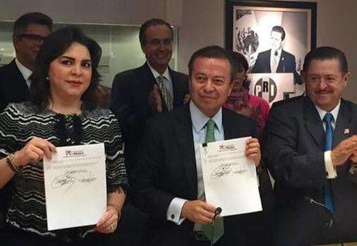 El presidente nacional del PRI, César Camacho, y la secretaria general del partido, Ivonne Ortega, firmaron la convocatoria para el registro de candidaturas a diputados federales. (Milenio)