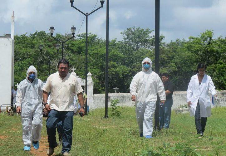 elementos de la Policía Ministerial, médicos legistas y del Semefo acudieron a exhumar el cuerpo del cementerio municipal de Chapab el día de ayer. (Milenio Novedades)