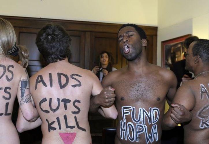 """Los manifestantes llevaban mensajes inscritos en el cuerpo como """"recortes al Sida matan"""". (Agencias)"""