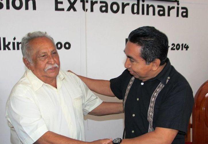 El maestro fue felicitado por el presidente municipal. (Raúl Balam/SIPSE)