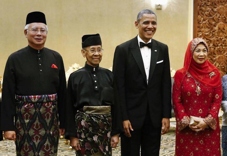 El presidente Barack Obama (segundo desde la derecha) con el rey malasio Sultán Abdul Halim Mu'adzam Shah (segundo desde la izquierda), la esposa de éste, reina Haminah Hamidun y el primer ministro malasio Najib Razak. (Foto: AP)