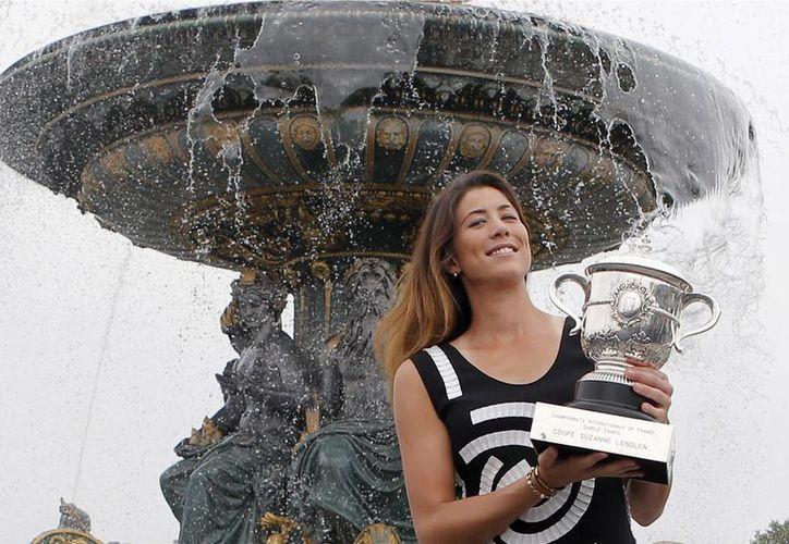 Garbiñe Muguruza sorprendió al mundo del tenis por haber logrado su primer título de Roland Garros, luego de vencer a la número uno, Serena Williams, quien era la favorita para llevarse el abierto de Francia. (AP)