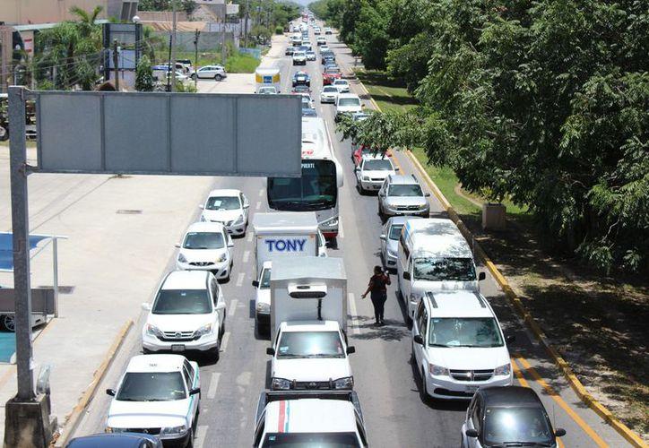 Alta concentración de vehículos hace que empresarios pidan al gobierno estatal mayor coordinación para agilizar la construcción del tren. (Foto:SIPSE)