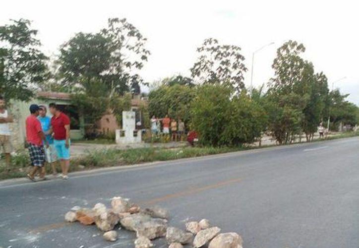 Vecinos de Villa Bonita, en Kanasín, cerraron este martes el paso a la carretera que va a Acanceh, en protesta por los robos cometidos en casas habitación. (Milenio Novedades)