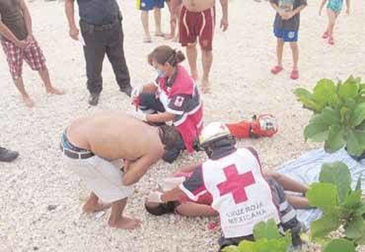 """Los familiares de Ivette """"N"""" intervinieron rápidamente para sacarla del agua, y solicitar la ayuda de los paramédicos de la Cruz Roja. (Redacción/SIPSE)"""