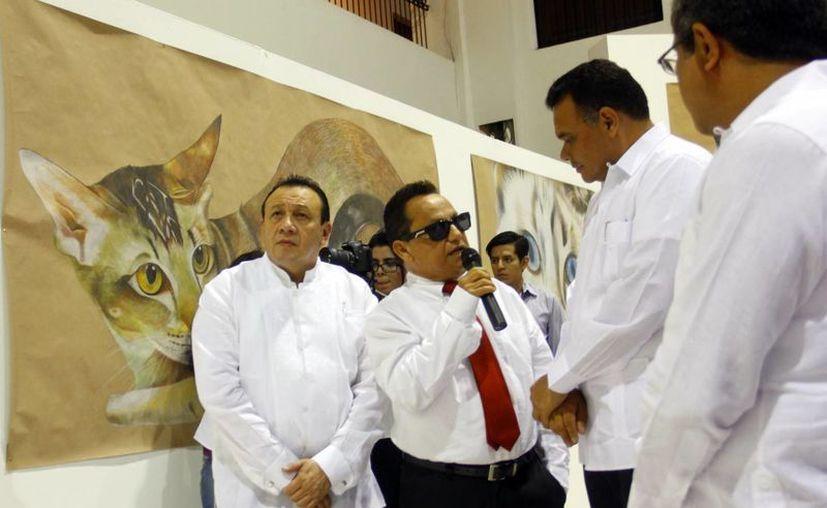 Joan Miró al hablar de su obra con el gobernador Rolando Zapata Bello. (Juan Albornoz/SIPSE)
