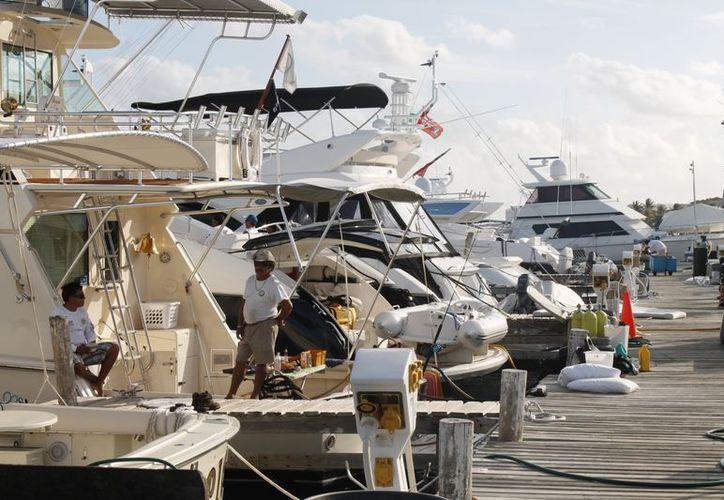 Se han asegurado 10 muelles en Cancún y ocho en Isla Mujeres. (Jesús Tijerina/SIPSE)
