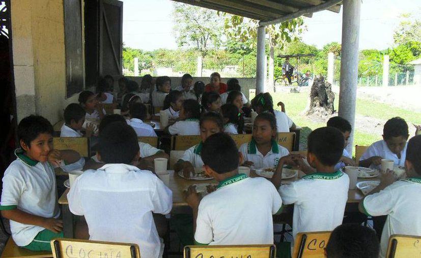 En las escuelas de tiempo completo, los alumnos tiene horario de comida. (Imagen de contexto/m-x.com)