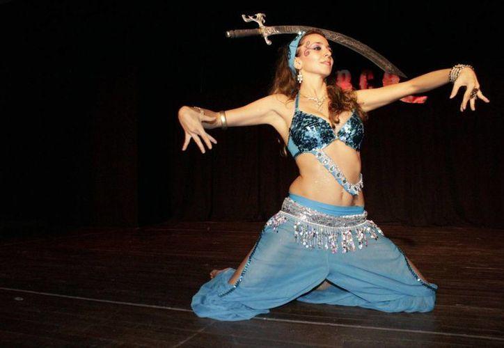 La profesora de danza bailó con un sable, al ritmo de la música árabe, acto que impresionó a los asistentes. (Andrea Aponte/SIPSE)