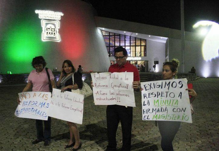 Los maestros se manifestaron también en contra de la reforma educativa.  (Harold Alconcer/SIPSE)