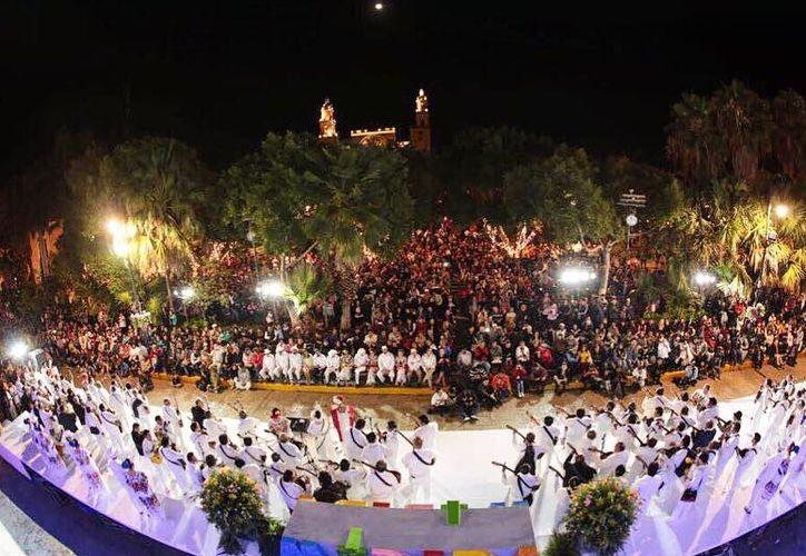 Cientos de personas asistieron a la melodiosa velada en honor de Mérida. (SIPSE)
