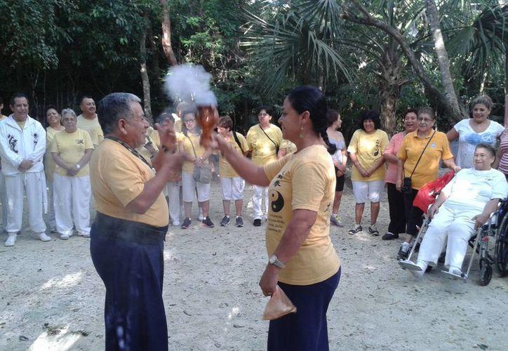 Ante la quema del copal el humo se dispersó por las poco más de 50 personas que estaban reunidas. (Licety Díaz/SIPSE)