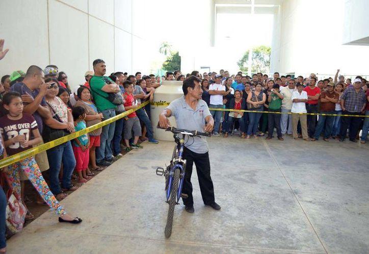 Decenas de personas se dieron cita en el estacionamiento del Poder Judicial del Estado de Yucatán para participar en la subasta de bienes robados y no reclamados por sus legítimos dueños. (Cortesía)