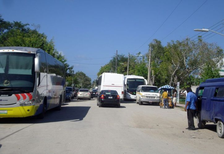 Llegan miles de visitantes a la zona libre de Belice con el propósito de adquirir las mercancías a bajo costo. (Enrique Mena/SIPSE)