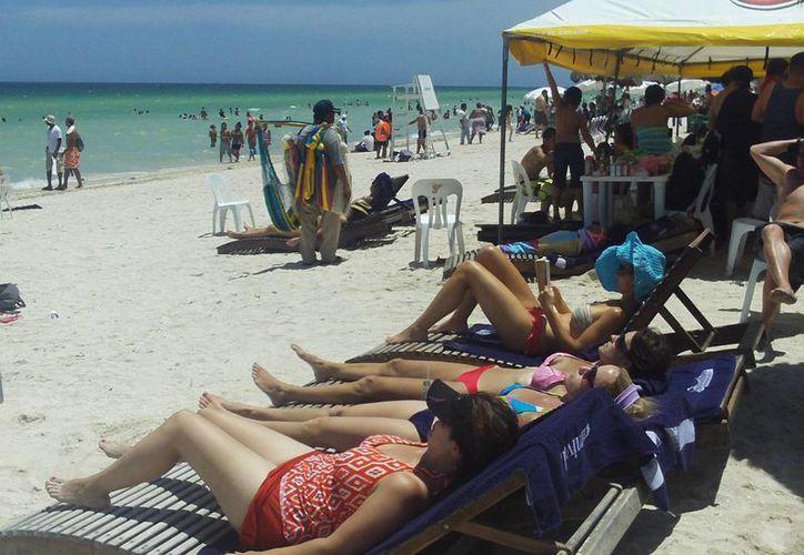 Los visitantes disfrutaron del buen tiempo que hizo ayer en Progreso. (Manuel Pool/SIPSE)