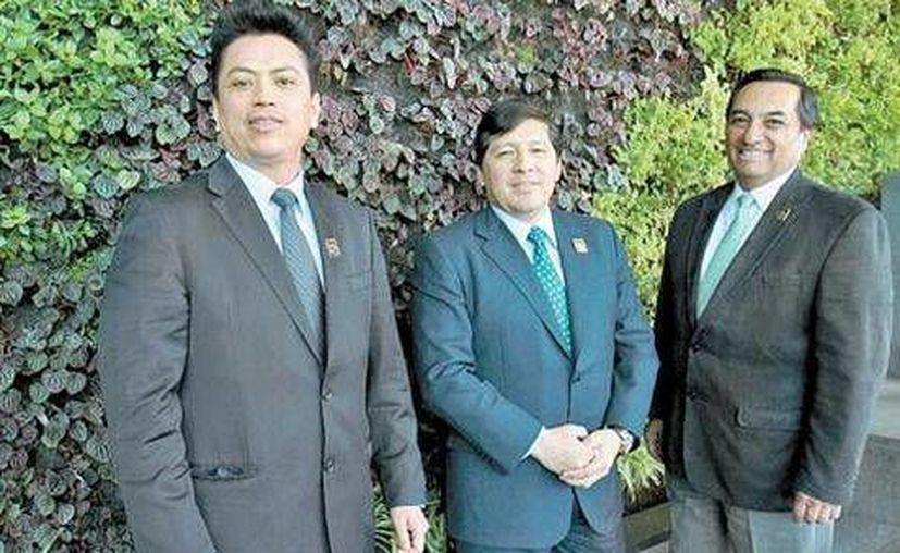 Los biólogos Ricardo Medina, Jesús Enrique Pablo y Raúl Arriaga, autores del proyecto ambiental educativo. (Milenio)
