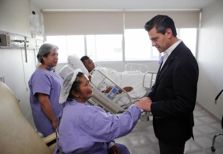 Peña Nieto visitó el hospital de Pemex en Picacho, para supervisar la atención a los heridos por la explosión. (Notimex)