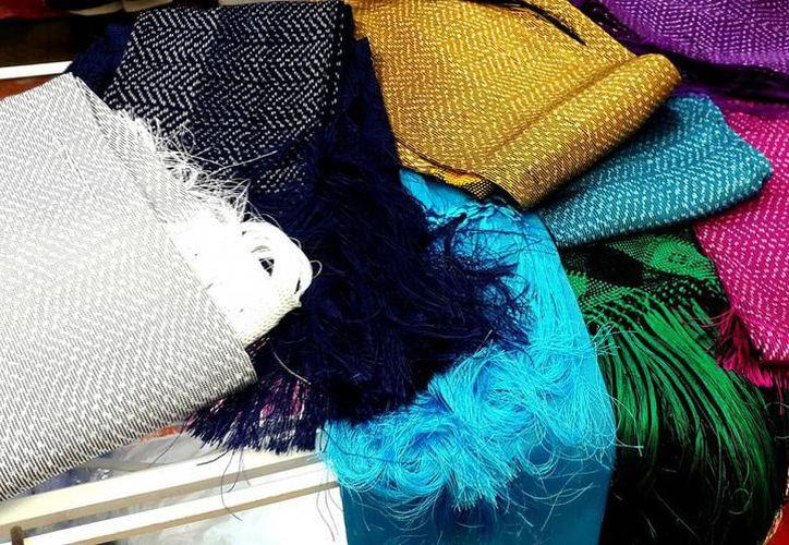 Los rebozos de seda que se elaboran en el estado son productos de exportación. (Milenio Novedades)
