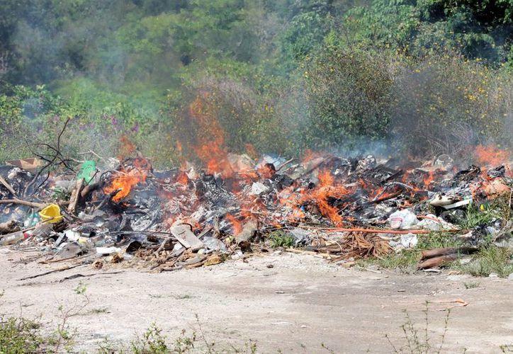 Practicas como la quema de basura pueden ocasionar al ser humano graves enfermedades. (Enrique Mena/SIPSE)