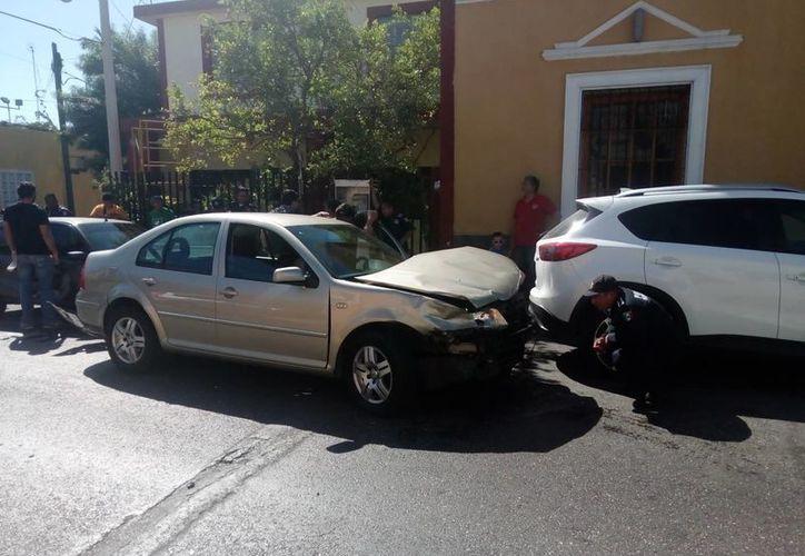 Tras chocar un Jetta contra una camioneta RAV4, el primer vehículo fue a dar contra otro auto y el otro contra la fachada de un predio. (Fotos cortesía)
