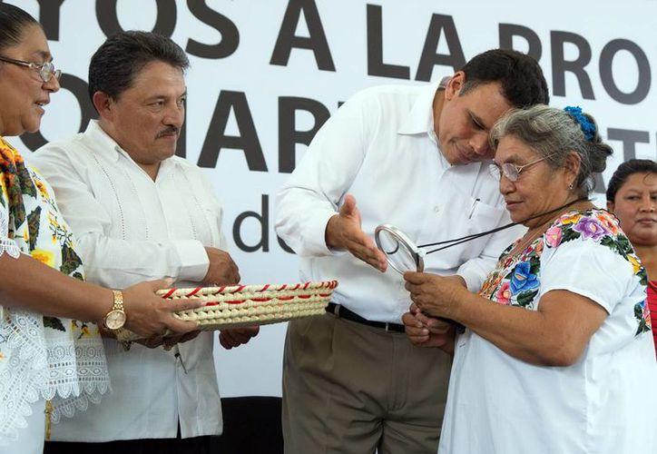 El gobernador Rolando Zapata entregó a las beneficiarias un kit de lentes, lupa y tijeras. (Milenio Novedades)