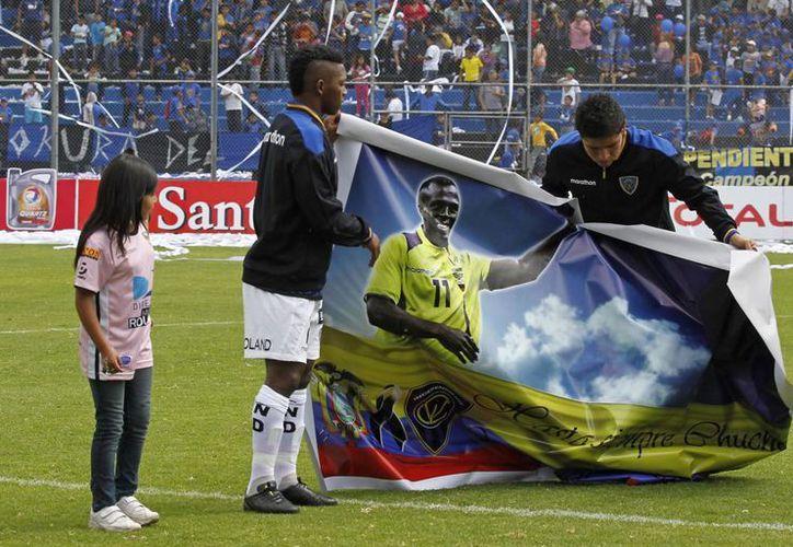 Despliegue de un gran poster con la imagen del 'Chucho' durante una ceremonia en su honor previo a un duelo de la Copa Sudamericana en Sangolqui, Ecuador. (Agencias)