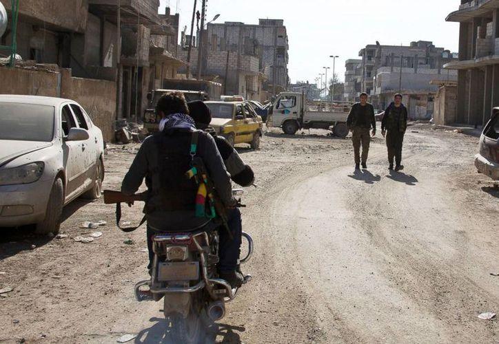 En esta foto del miércoles, 19 de noviembre del 2014, combatientes kurdos fueron vistos en Kobani, Siria. (Agencias)