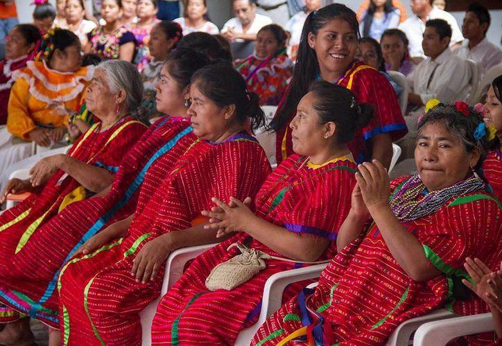El Estado reconoce y garantiza el derecho de los pueblos originarios a llevar a cabo elecciones conforme a sus usos y costumbres. Imagen de un grupo de mujeres en el Día Internacional de los Pueblos Indígenas. (oem.com.mx)