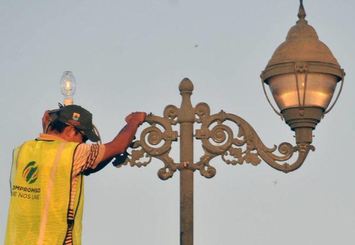 Reparación y cambio de luminarias públicas en las colonias de la isla. (Cortesía/SIPSE)