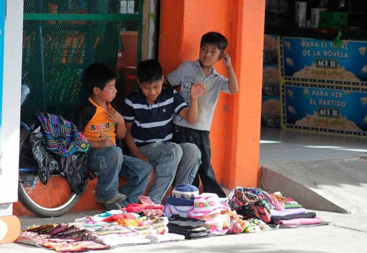 Según el presidente de la Cámara Nacional de Comercio de Mérida, es necesario dar los jóvenes de 15 años o más que tiene que trabajar la oportunidad de estudiar para evitar la deserción y el bajo rendimiento escolares. (Imagen de contexto/Ernesto Neveu/SIPSE)