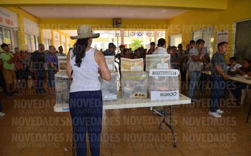 La ciudadanía llega de manera ordenada y copiosa a emitir su voto. (Gustavo Villegas/SIPSE)