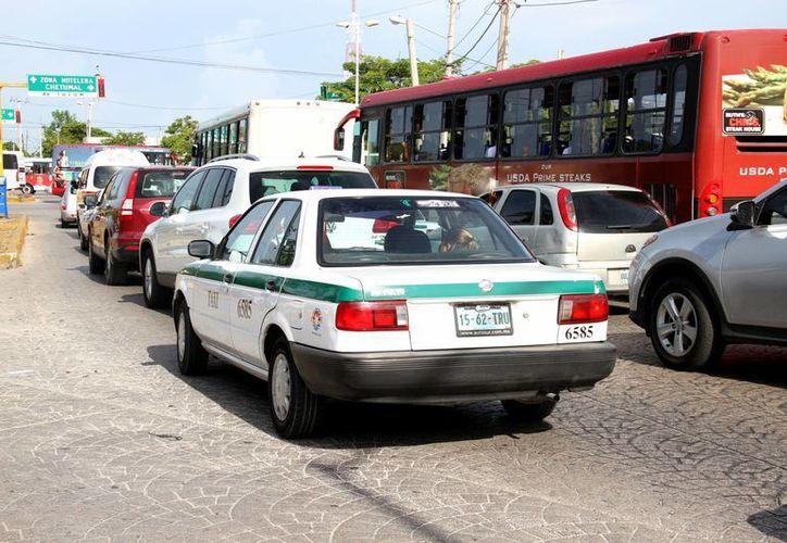 En vacaciones el tráfico vehicular en las salidas de Cancún aumenta un 30%. (Consuelo Javier/SIPSE)