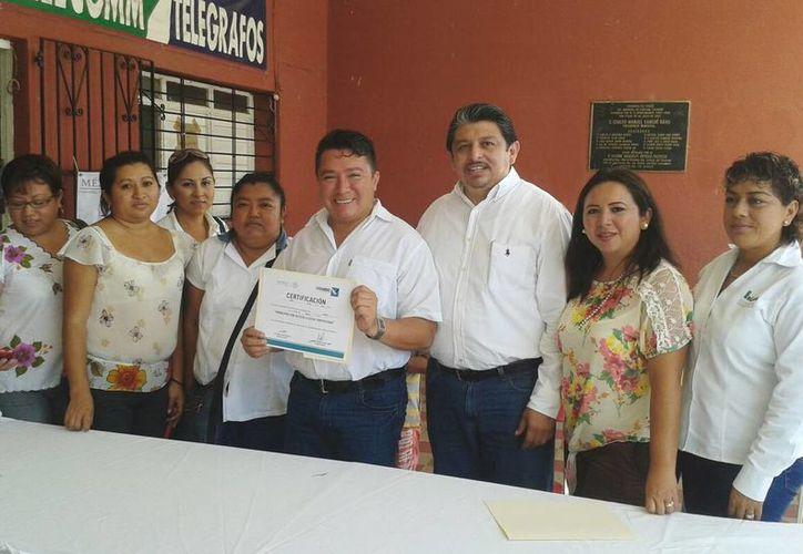 Imagen de la firma del convenio de las autoridades municipales de Kanasín y Linconsa. (Milenio Novedades)