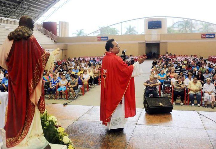 El padre Medina Oramas invitó a los fieles a vivir la experiencia de la veneración de la Madre de Dios. (Milenio Novedades)