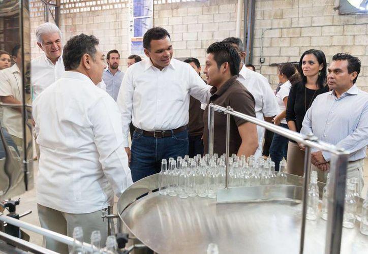 El gobernador Rolando Zapata Bello visitó la empresa de envasado industrial Workers. (SIPSE)