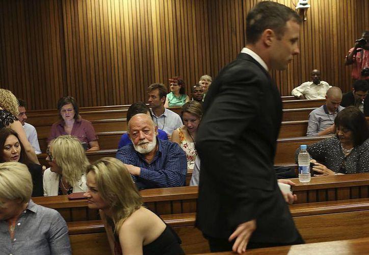 Oscar Pistorius, quien en la foto se aprecia al escuchar el veredicto del jurado, el pasado 16 de octubre, fue condenado por asesinar a su novia, pero ahora como parte de su libertad condicional empezó su servicio comunitario. (EFE)