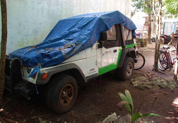 El vehículo se encuentra en total abandono y a merced de las inclemencias del clima. (Gustavo Villegas/SIPSE)