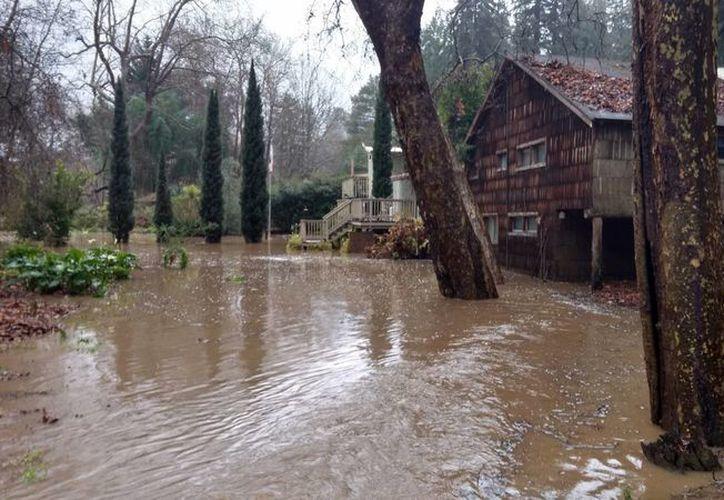 California ha recibido en los últimos días mucha más cantidad de agua de lo usual. (Ryan Masters/The Santa Cruz Sentinel via AP)