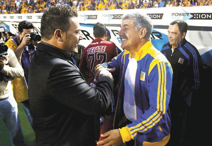 Antonio Mohamed (i) vivió la final del 6-1 que ganó Chivas de Ferreti (d) a su equipo Toros Neza en 1997. (elhorizonte.mx)