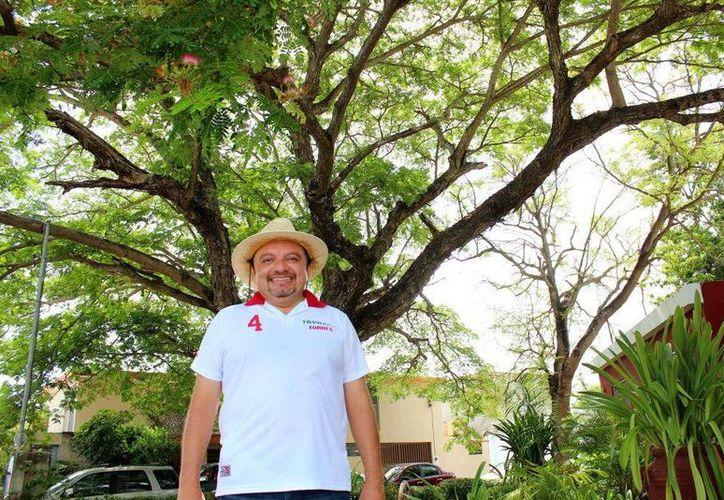 Francisco Torres Rivas, candidato a diputado por el IV Distrito federal, posa con frondoso algarrobo. (SIPSE)