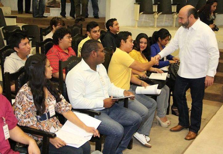 El diputado Luis Hevia Jiménez, presidente de la Junta de Gobierno y Coordinación Política de la LX Legislatura, saluda a estudiantes de la CTM que participan en el taller legislativo. (SIPSE)