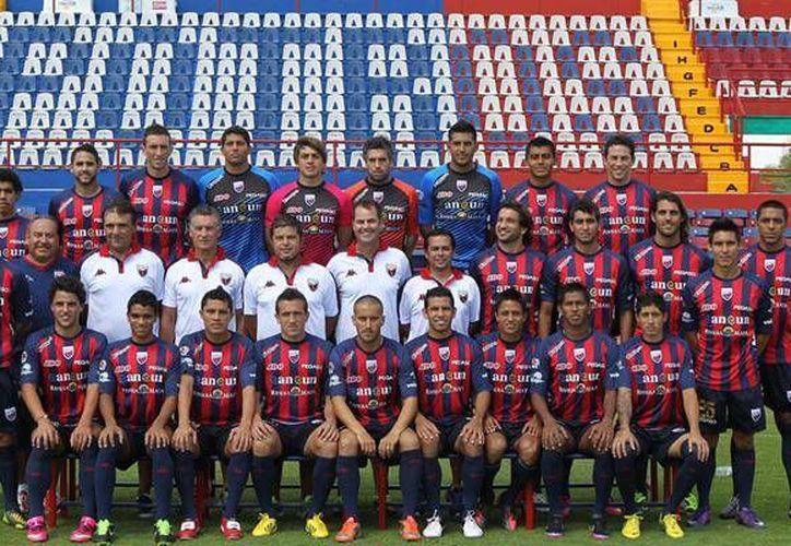 Jugadores y cuerpo técnico posaron para la foto oficial del torneo de liga. (Redacción/SIPSE)