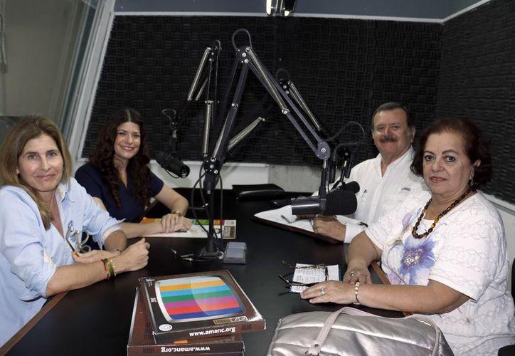 Los conductores con sus invitadas: Marissa Goff Rodríguez, de Amanc, y Atenea Evia Ancona, de Sueños de Ángel. (José Acosta/Milenio Novedades)