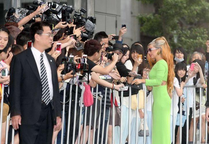 Lady Gaga firma autógrafos afuera de un hotel en Taipei, Taiwán, sureste de China. (Archivo Notimex)