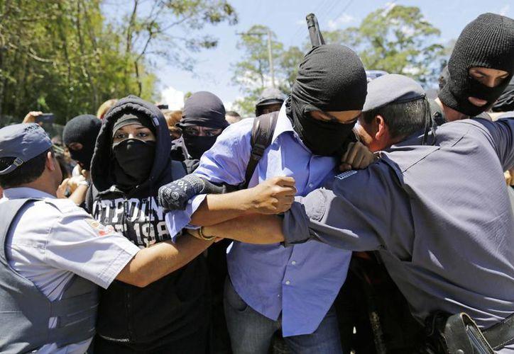 Varios miembros del grupo anarquista llamado Bloque Negro figuraron entre los manifestantes. (Agencias)