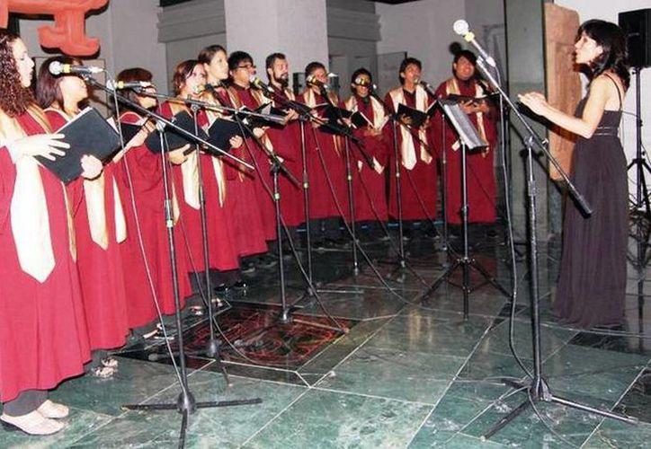 El coro es dirigido por la maestra Nazira Chejín. (Redacción/SIPSE)