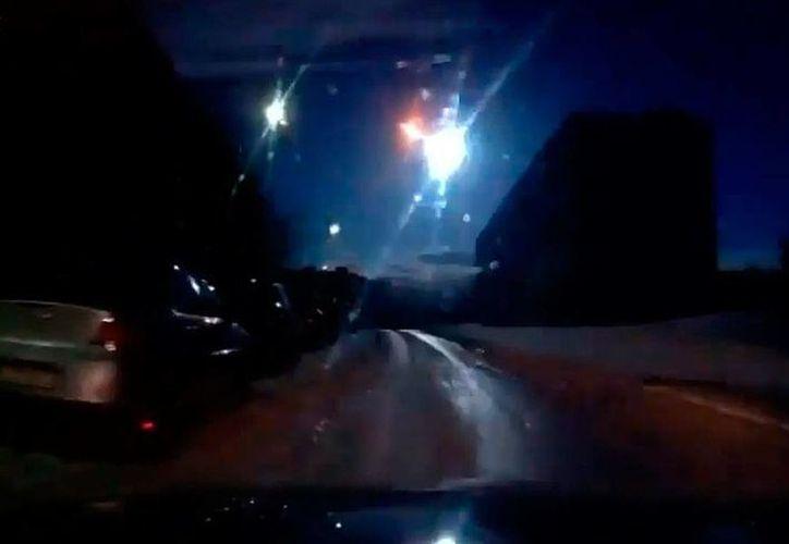 Esta es la segunda vez que las redes sociales 'se agitan' con el paso de un meteorito en Rusia. En febrero de 2014, un asteroide cayó y generó daños y algunos heridos en Cheliabinsk. (Captura  pantalla video YouTube)