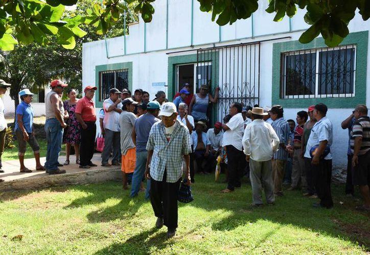 Desde temprana hora, los campesinos morelenses acudieron a las oficinas de la secretaría. (Alejandro Poot/SIPSE)