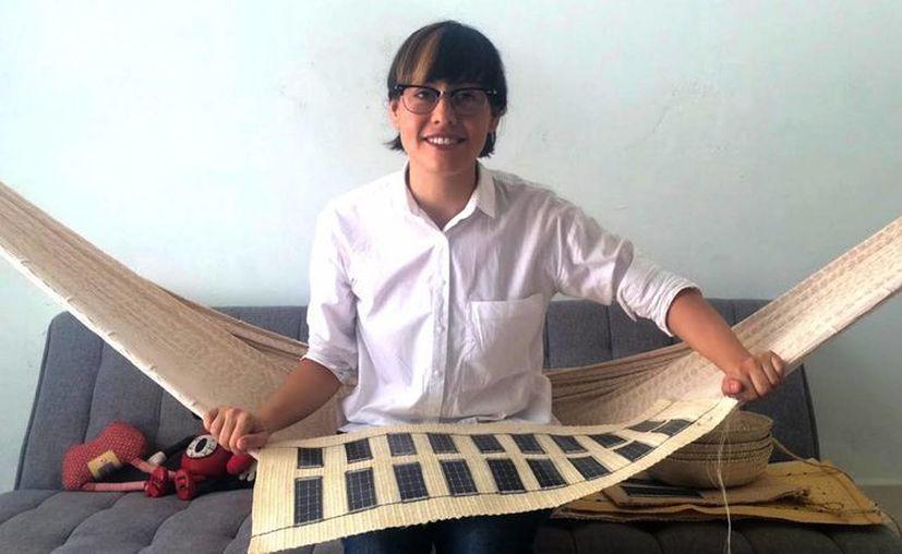 Bajo el nombre de Yuca-Tech, la artista mexicana Amor Muñoz promueve un proyecto mediante el cual capacita a mujeres mayas que aún practican la elaboración de prendas artesanales bajo la técnica del telar de cintura, para que les incorporen celdas solares. (Notimex)